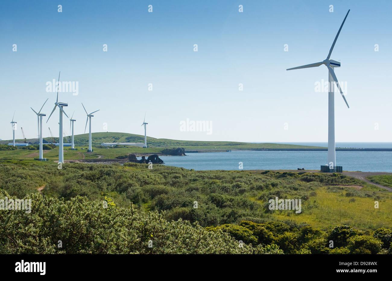 Küsten Windpark verwendet, um erneuerbare Windenergie in mechanische Energie zur Stromerzeugung zu nutzen. Stockbild