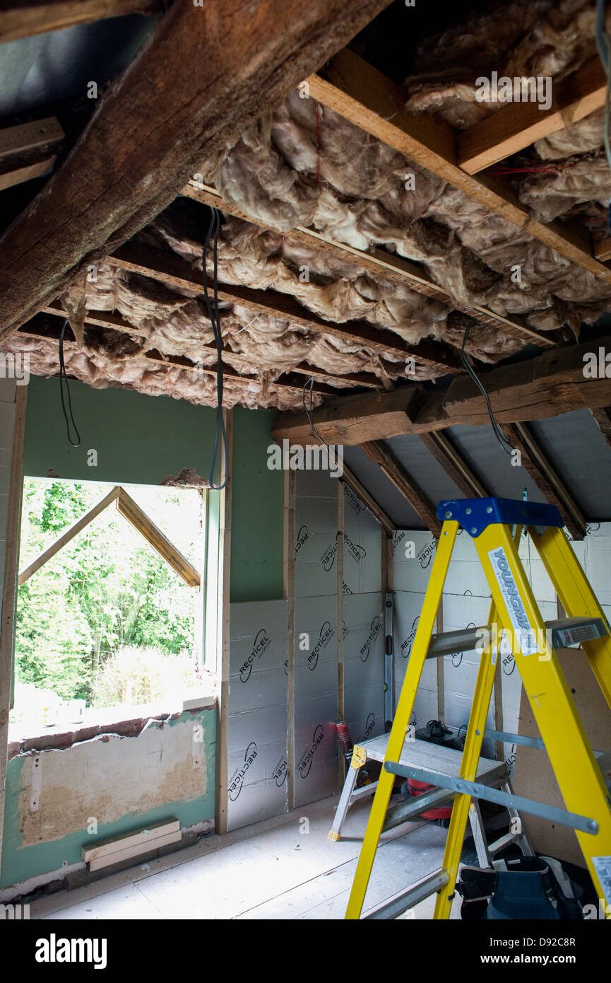 Loft und Wand Isolierung in einem Häuschen installiert wird Stockbild