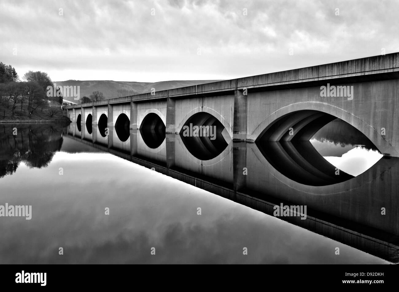 Brücke am Ladybower Vorratsbehälter Stockbild