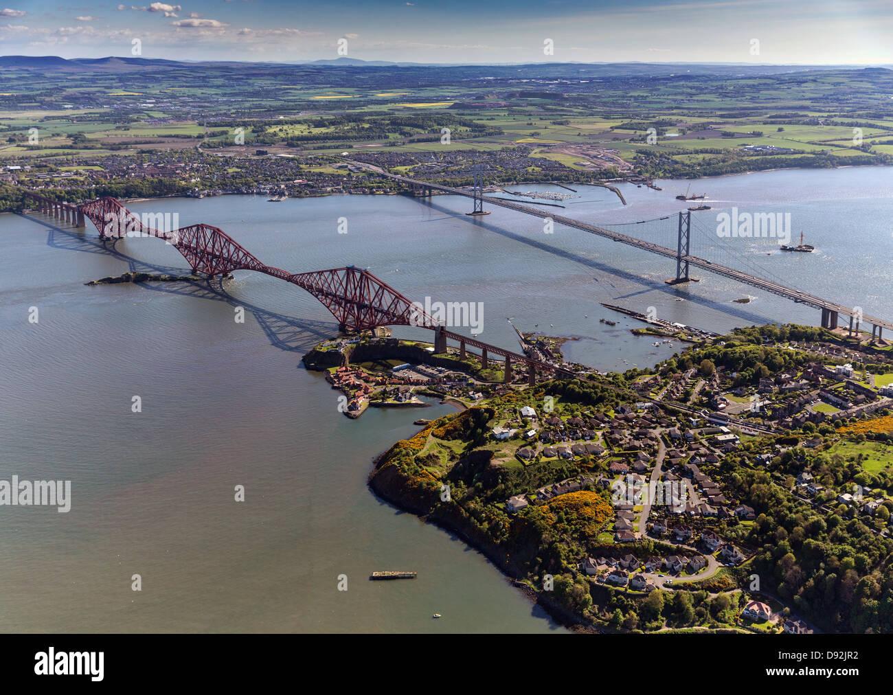 Luftbild von der Forth Rail & Straßenbrücken, Bau der neuen Kreuzung und North/South Queensferry in Schottland Stockfoto