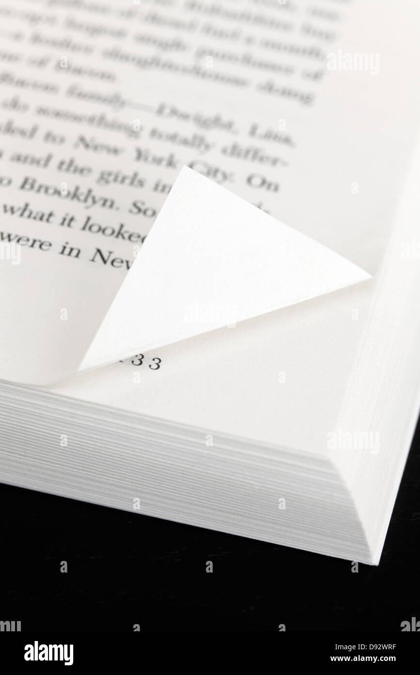 Eine Buchseite mit einer Ecke Umklappen Stockbild