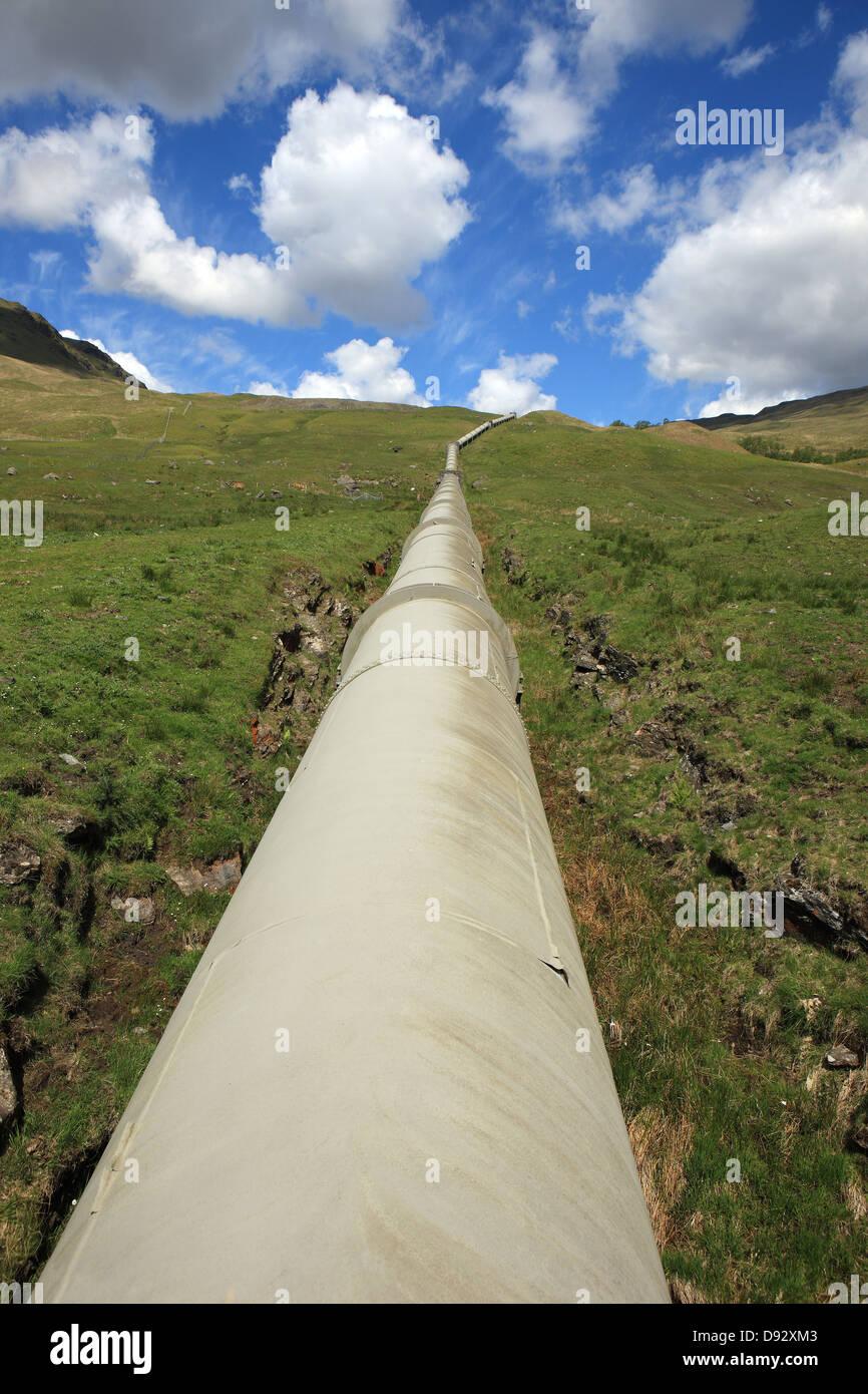 Über Land Pipes in Glen Lochay der Hydro-elektrische Energie-System aus dem Bereich gehörenden Stockbild