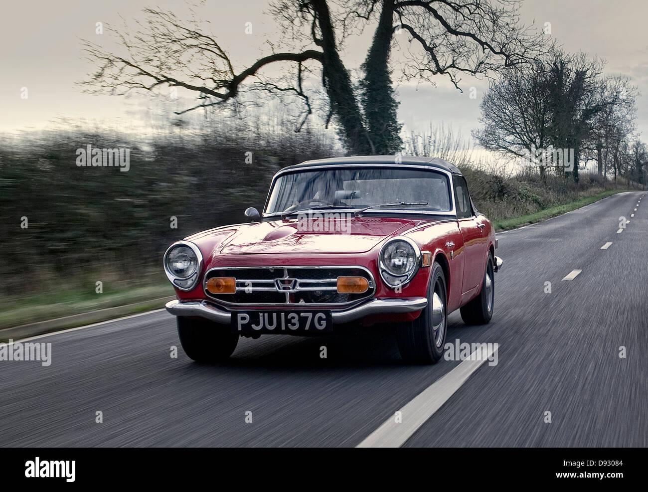 1968-Honda S800 Sportwagen fahren auf einer englischen Landstraße Stockbild