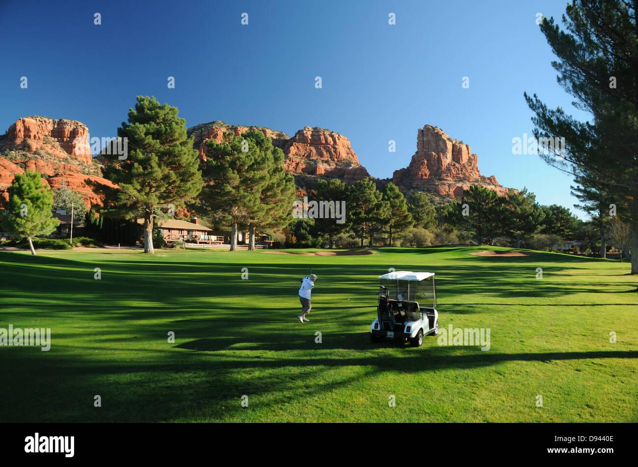 Oakcreek Country Club Golfplatz in Sedona, Arizona, umgeben von roten Felsformationen Stockbild