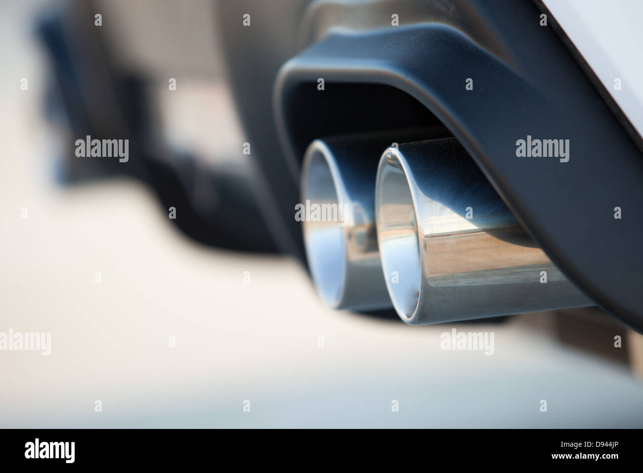 Doppelte Auspuffrohre eines modernen Sportwagens Stockbild