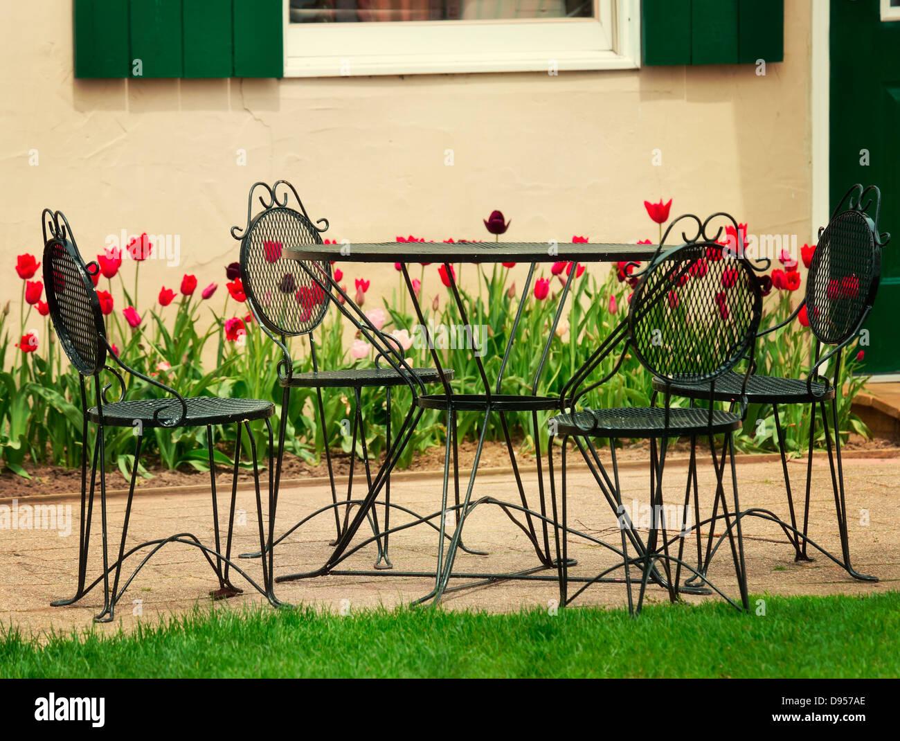 Vintage Eisen Gartentisch Und Stuhle Stockfoto Bild 57278550 Alamy