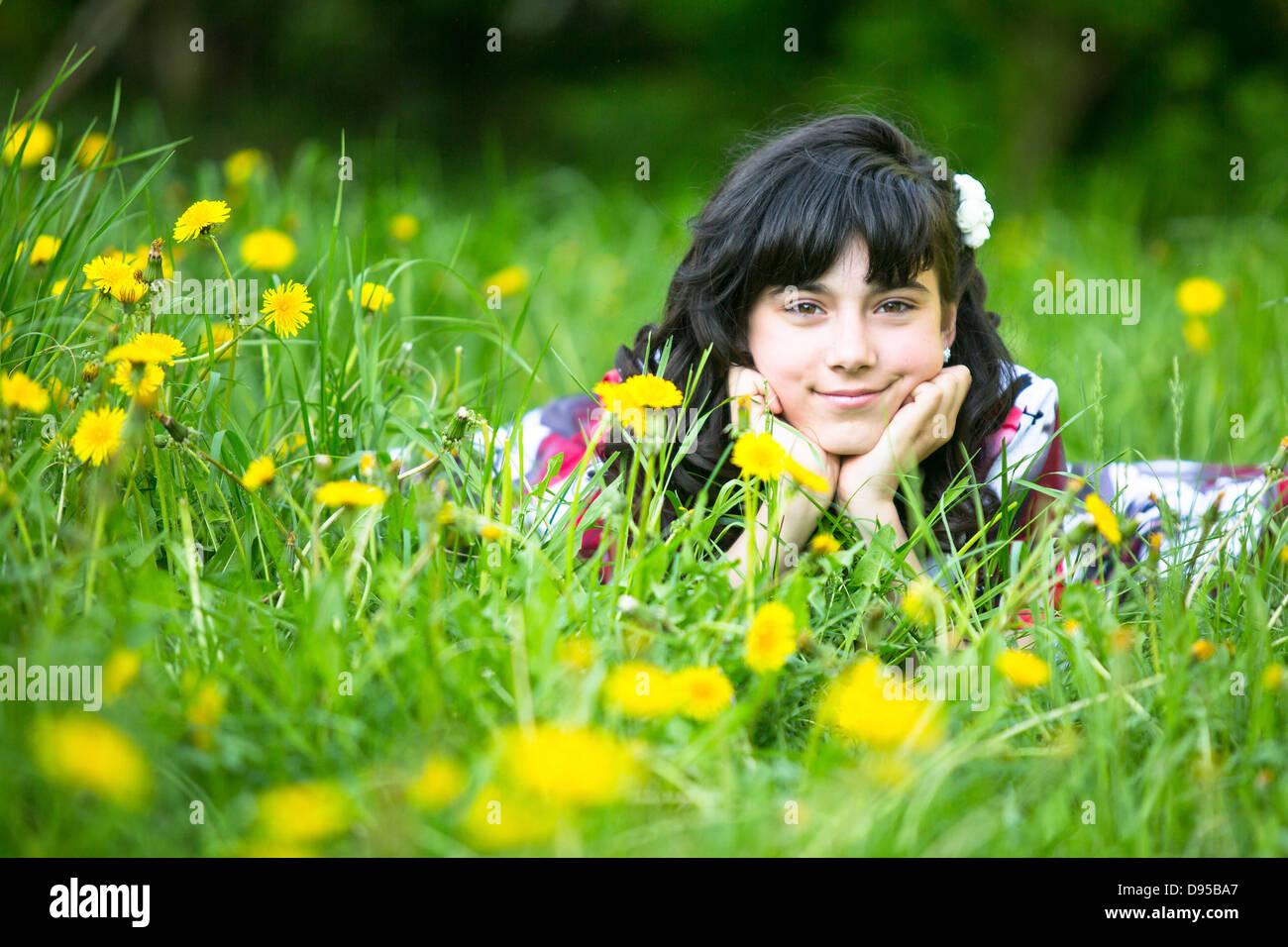 Porträt von einem Teen Girl in der Wiese liegend Stockbild