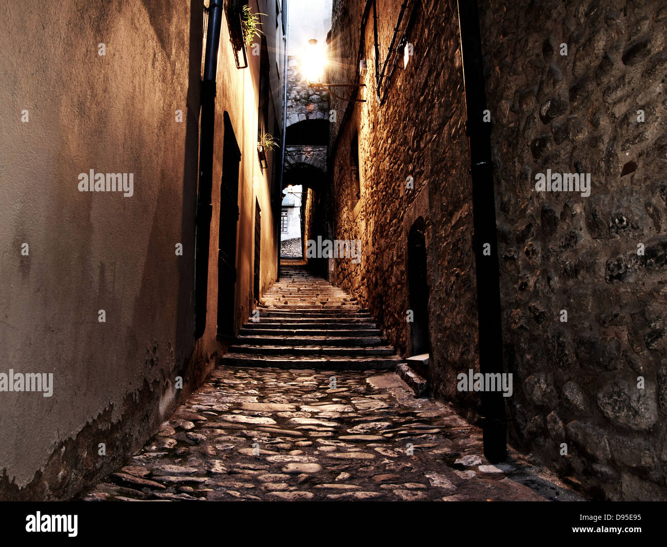 mittelalterlichen Straße in der Nacht in der Stadt girona Stockfoto