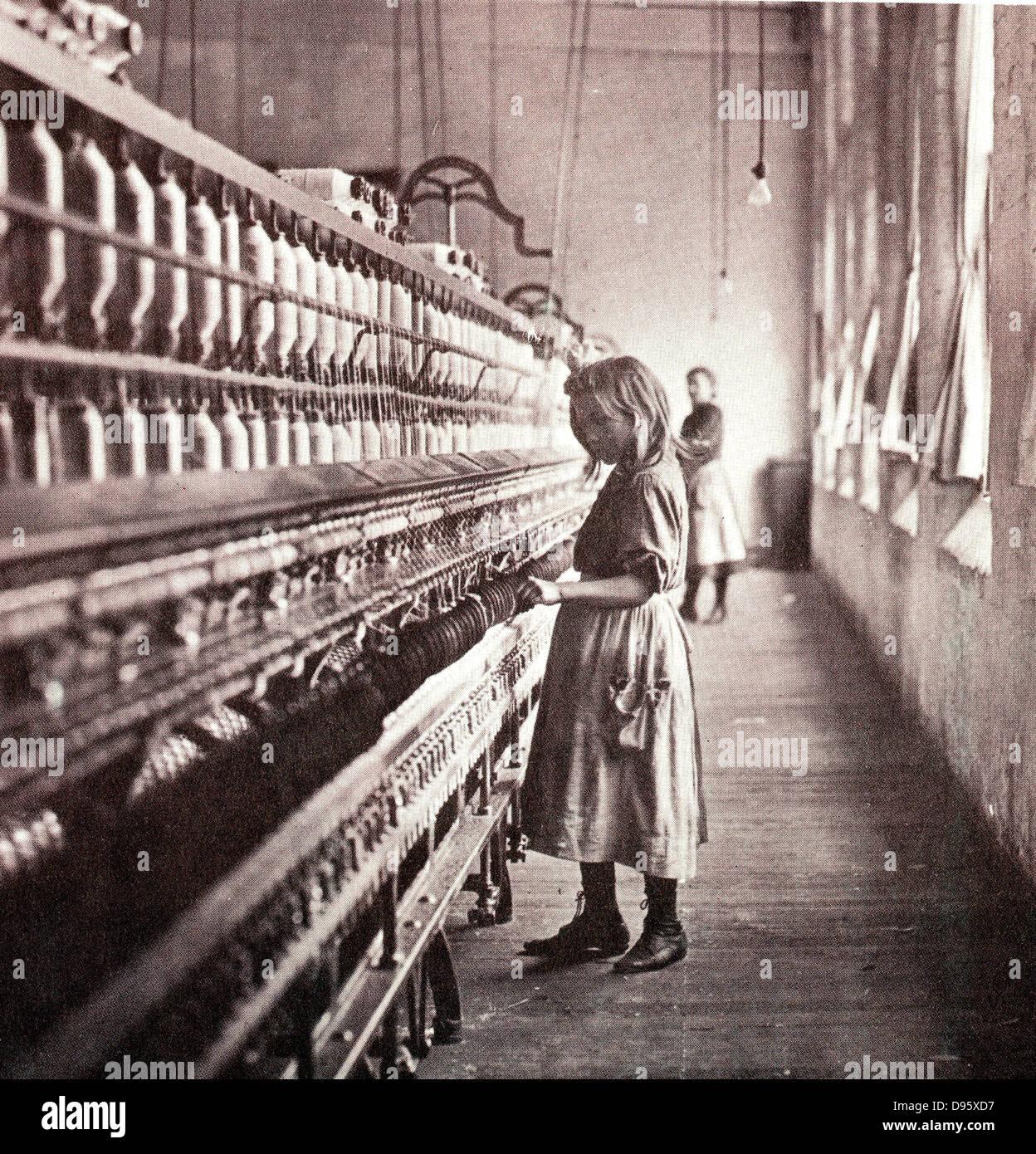 Mädchen tendenziell eine Spinnmaschine, 1900. Zu diesem Zeitpunkt ...