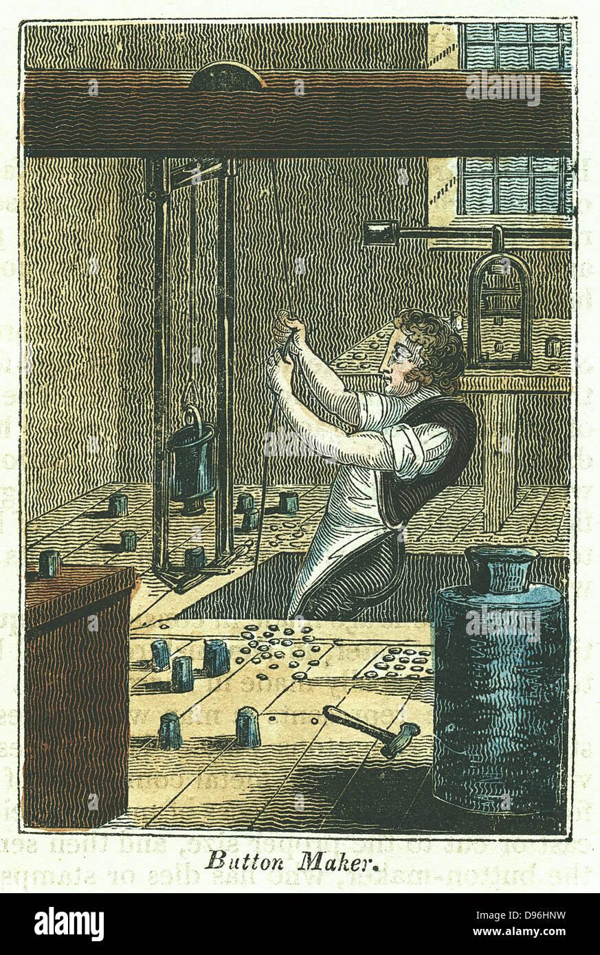 Button Maker: Ausmerzung Metallknöpfen. Leere fixiert und Gewicht halten Sterben für Muster arbeiten, wurde von Stockfoto