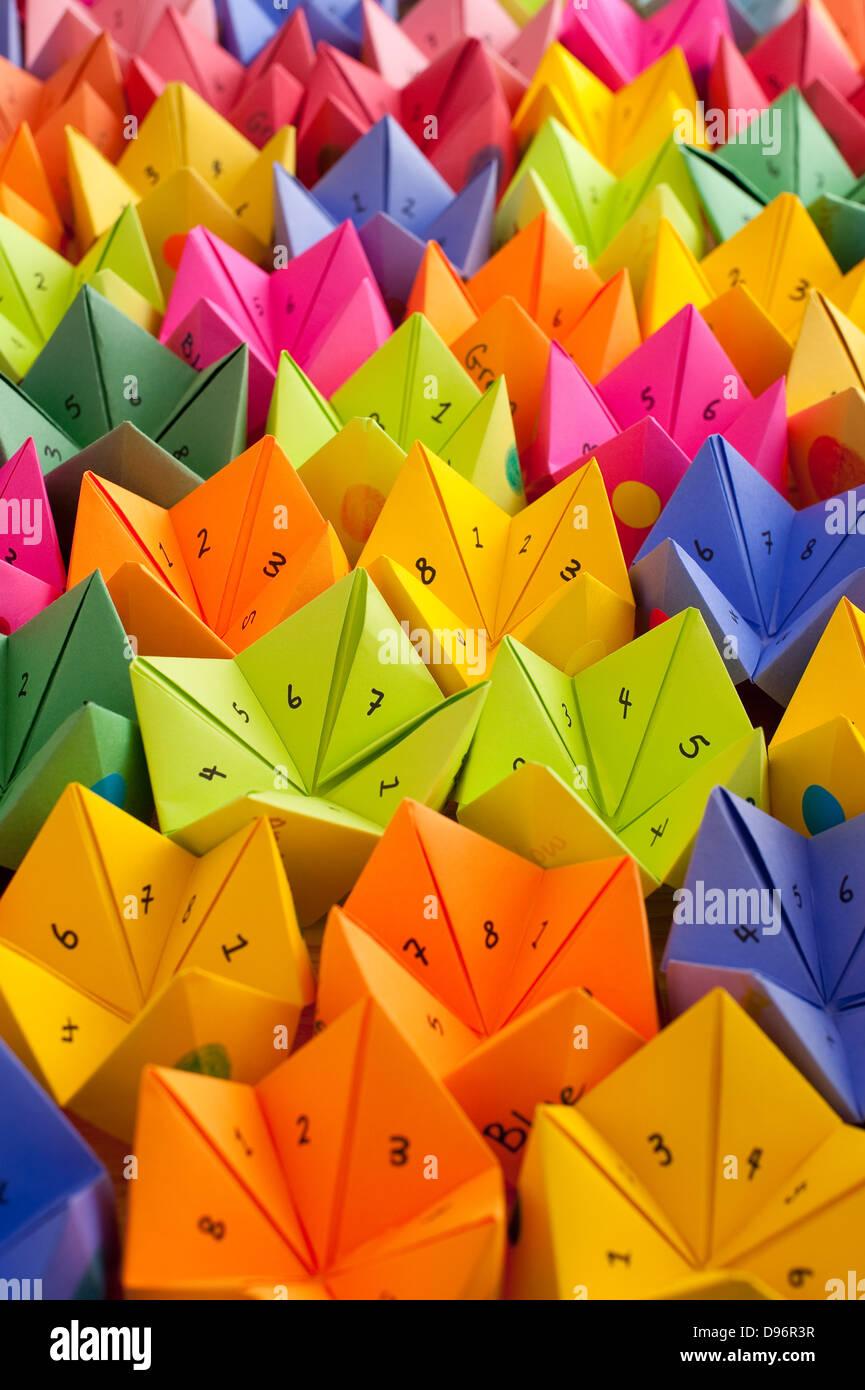 Mehrfarbige cootie Catcher, origami Fortune Teller mit Nummern und positive Worte der Ermutigung Spiel des Zufalls Stockbild