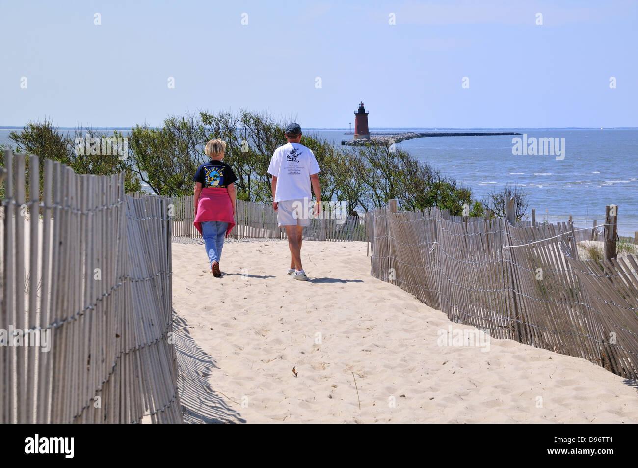 Paar geht für einen Spaziergang im Cape Henlopen State Park, Lewes, Delaware Stockbild