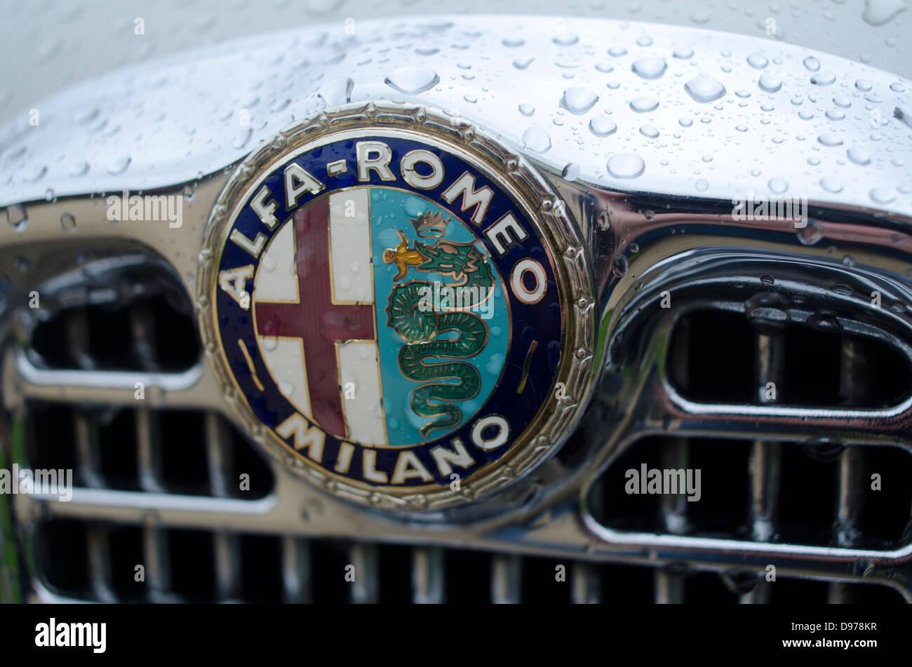 Das Logo Und Emblem Von Alfa Romeo Auf Dem Khlergrill Eines Symbol Alten Autos Des Unternehmens Mit Regentropfen