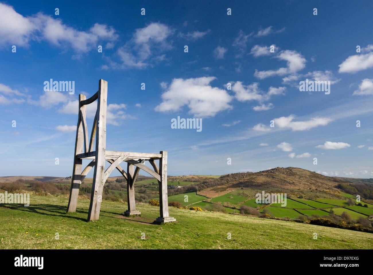 """Moderne Eiche Holzskulptur des Künstlers Henry Bruce mit dem Titel """"The Giants Chair"""" am Natsworthy Stockbild"""