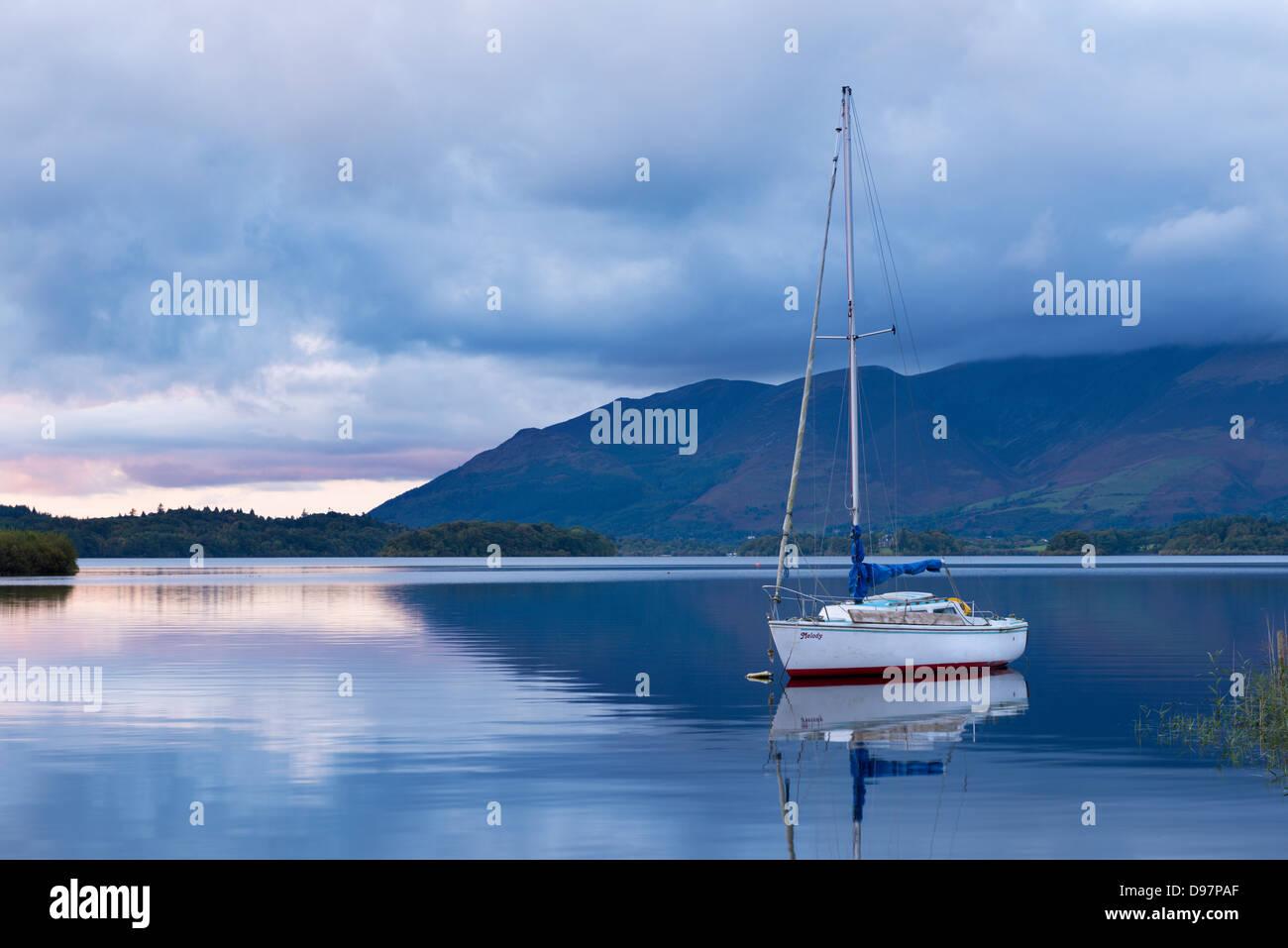 Yacht auf Derwent Water an der Dämmerung, Lake District, Cumbria, England verankert. Herbst (Oktober) 2012. Stockbild