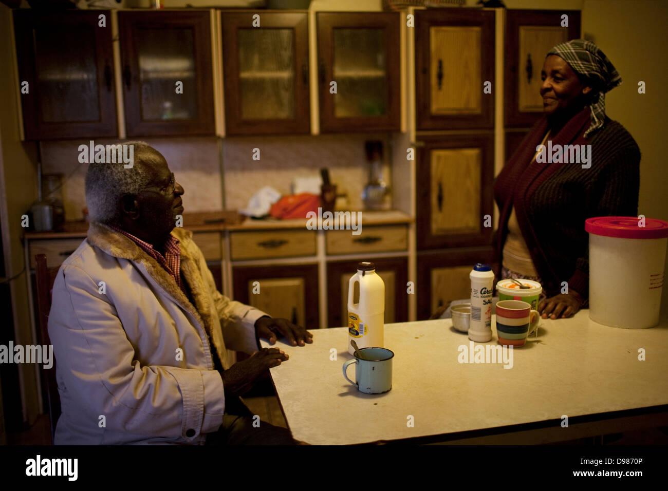 Talks To His Wife Stockfotos & Talks To His Wife Bilder - Alamy