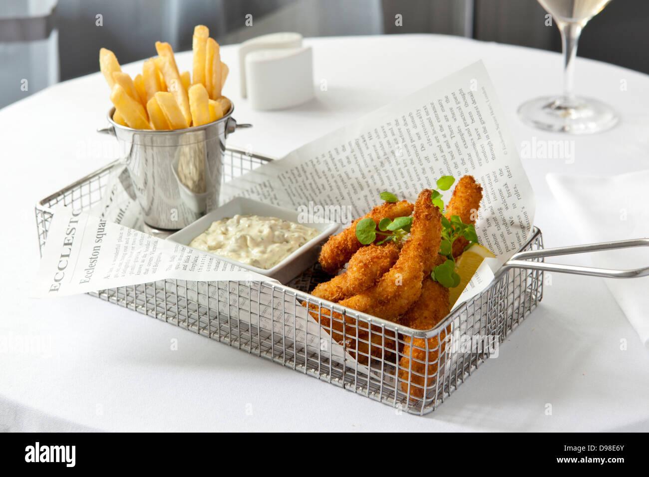Fisch-Goujons mit Pommes Frites und Remoulade in einen Drahtkorb Stockbild