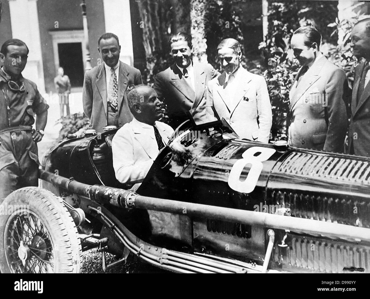 Mussolini ein Alfa Romeo Rennwagen fahren. In der Mitte Prospero Gianferrari. 1930.s Stockbild