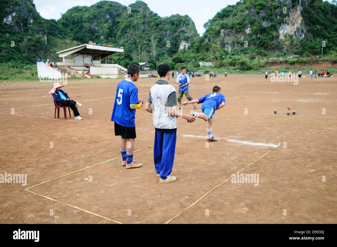 VIENG XAI, Laos - Hmong Studenten in Vieng Xai im Nordosten Laos ...