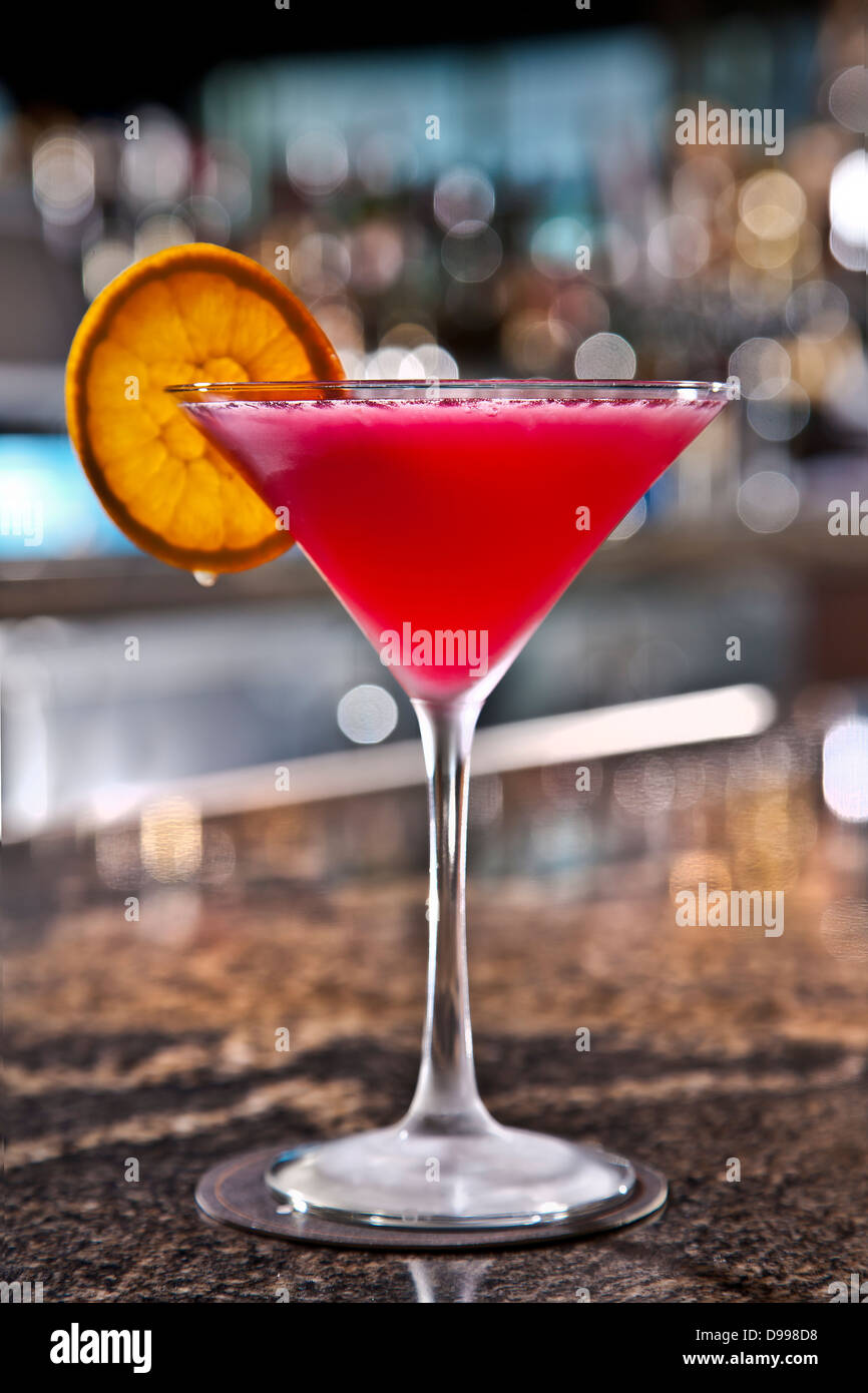 fruchtigen Cocktail an der Bar trinken Alkohol Stockbild