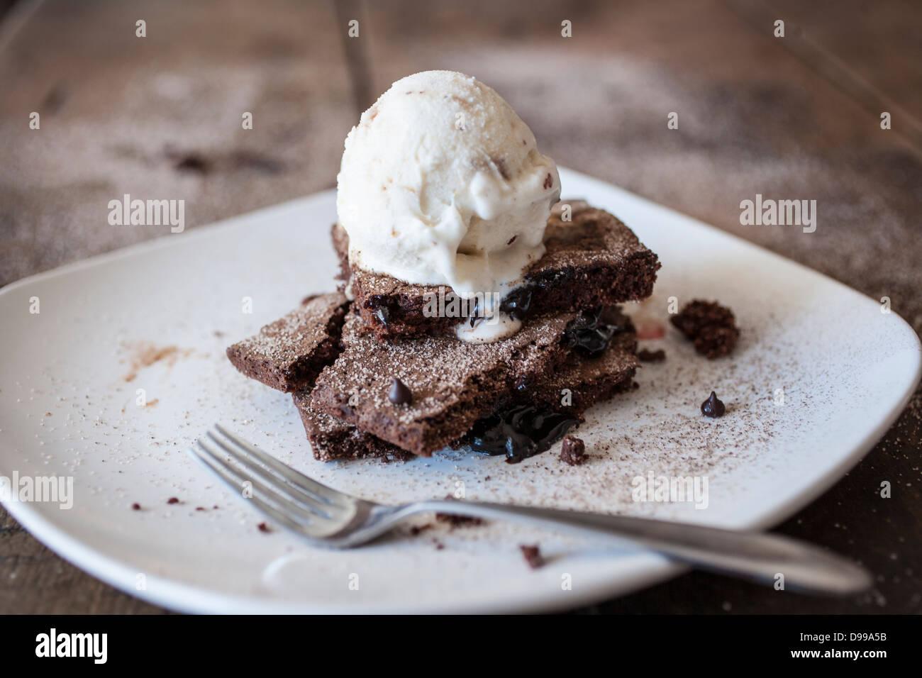"""Fudge Brownie Ala Modus """"mit Kirschen Stockbild"""