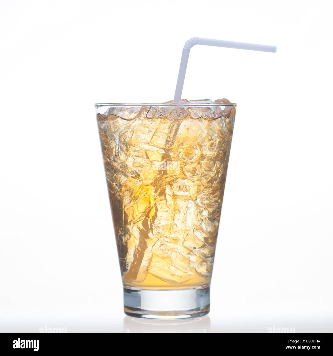 Bael Tee kalte Getränke mit Eis im Glas isoliert auf weißem ...