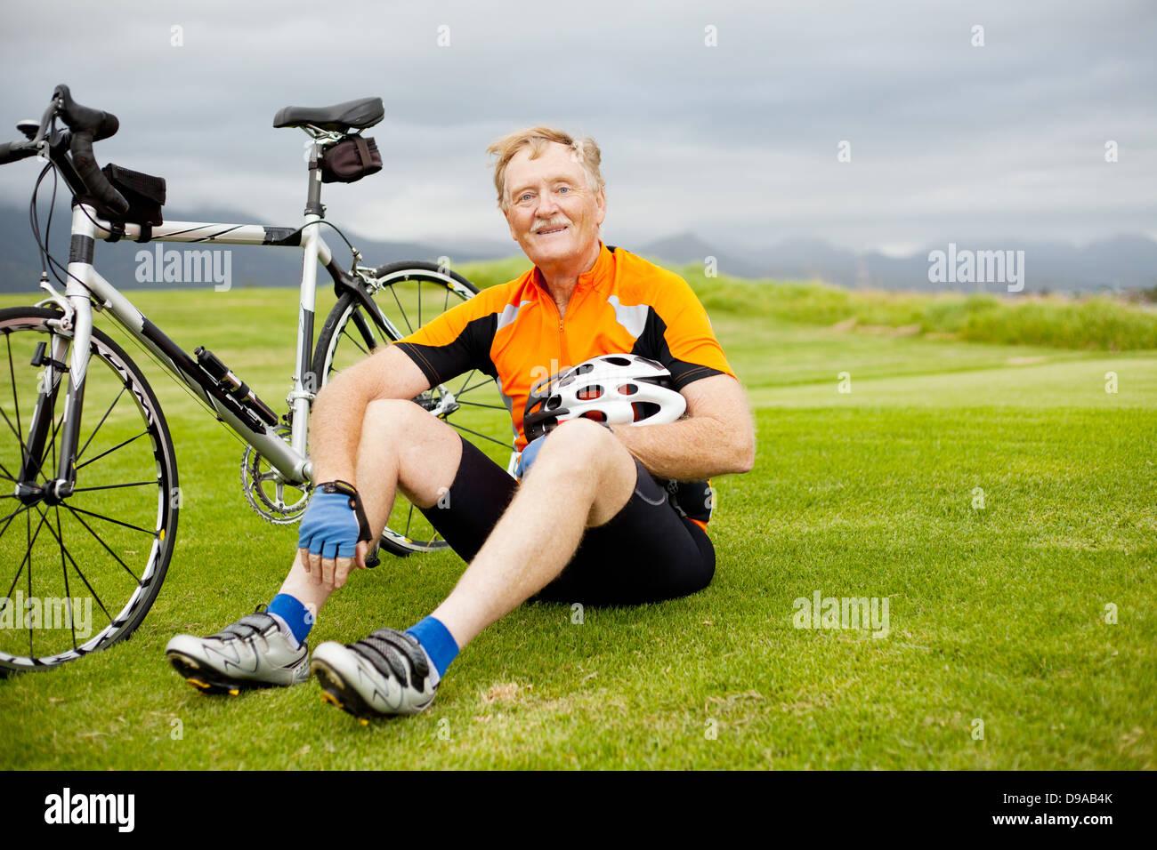 aktive ältere Radfahrer eine Pause auf dem Hügel Stockbild