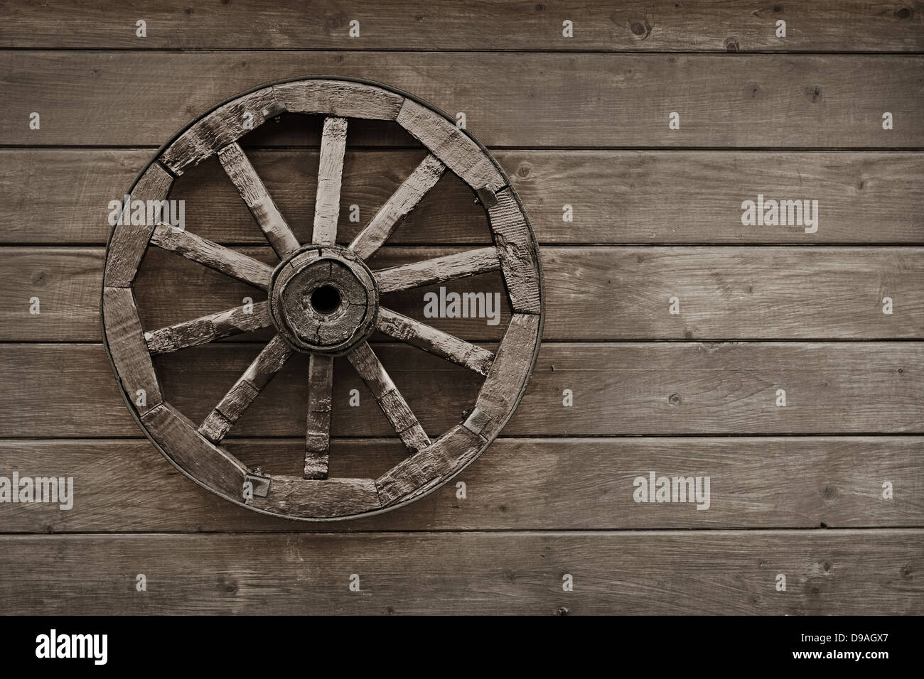 old wooden wagon wheel stockfotos old wooden wagon wheel bilder alamy. Black Bedroom Furniture Sets. Home Design Ideas