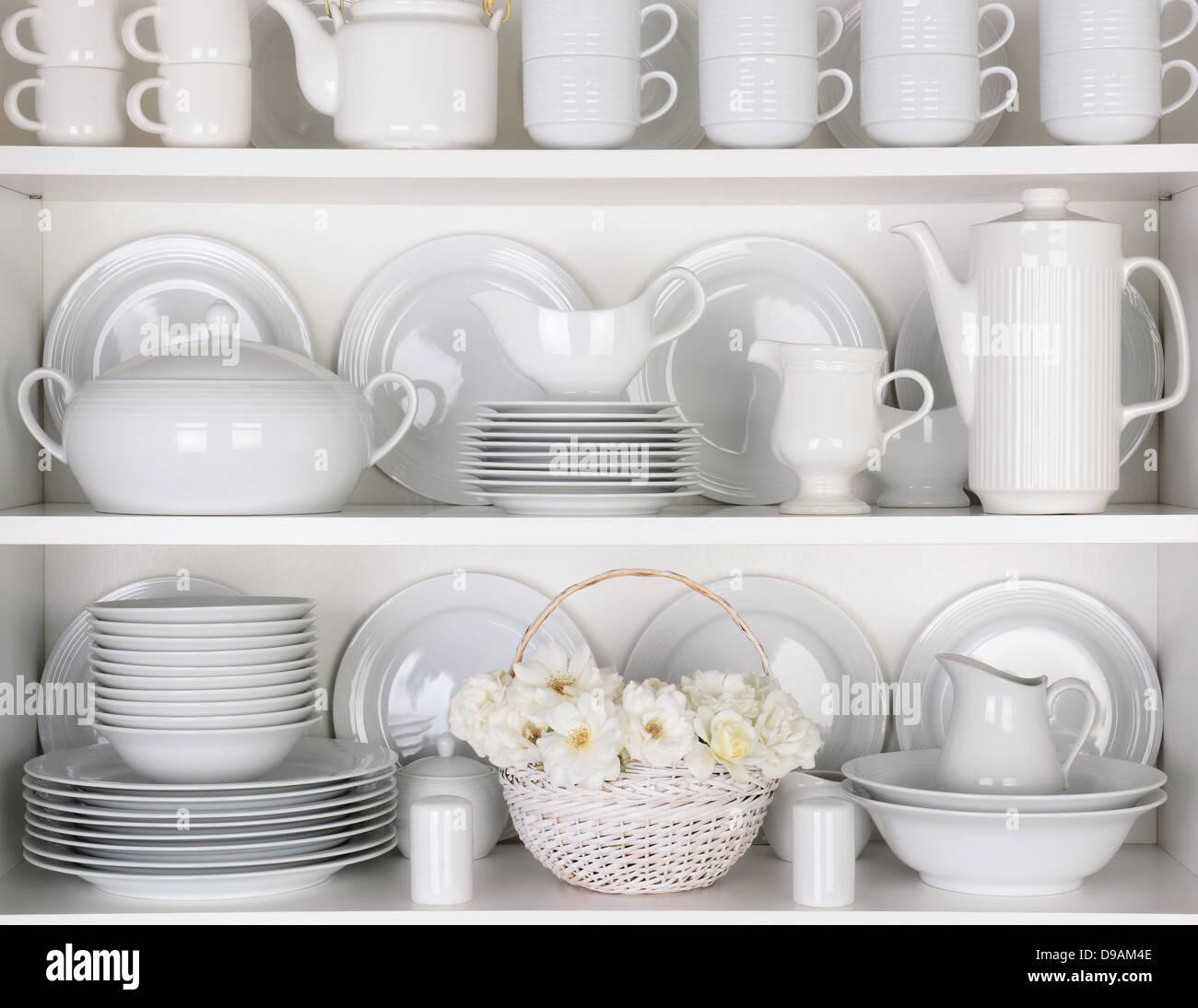 Nahaufnahme des weißen Teller und Geschirr in einem Schrank. Ein ...