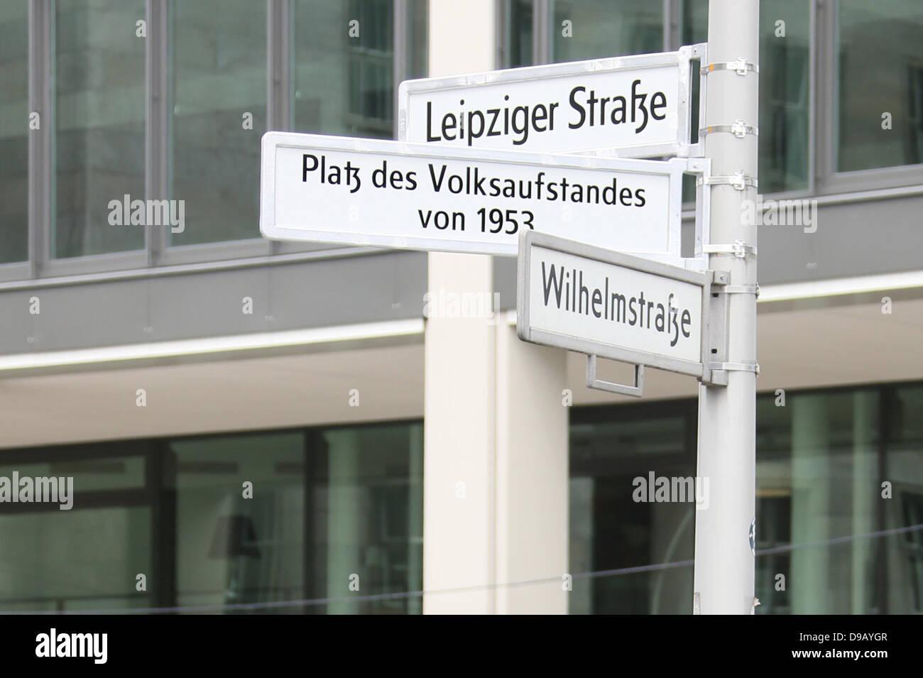 """""""Square of People Aufstand 1953"""" ist auf einem Schild geschrieben, die kurz zuvor in Berlin, Deutschland, Stockbild"""