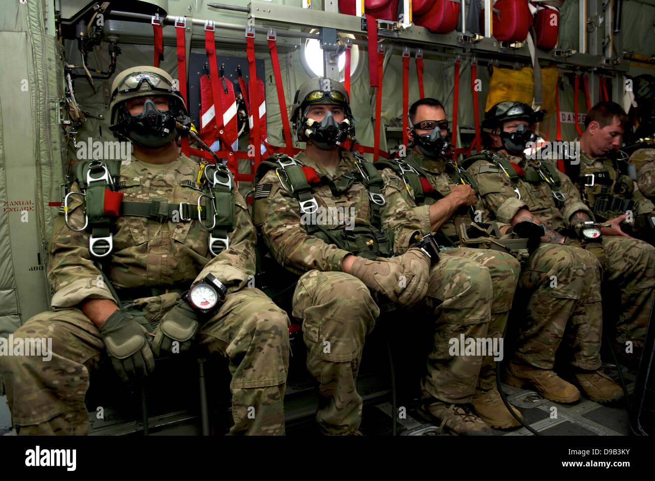 US-Armee Operational Detachment Alpha aus 7th Special Forces Group wartet an Bord einer c-130, einen niedrige Öffnung Stockbild