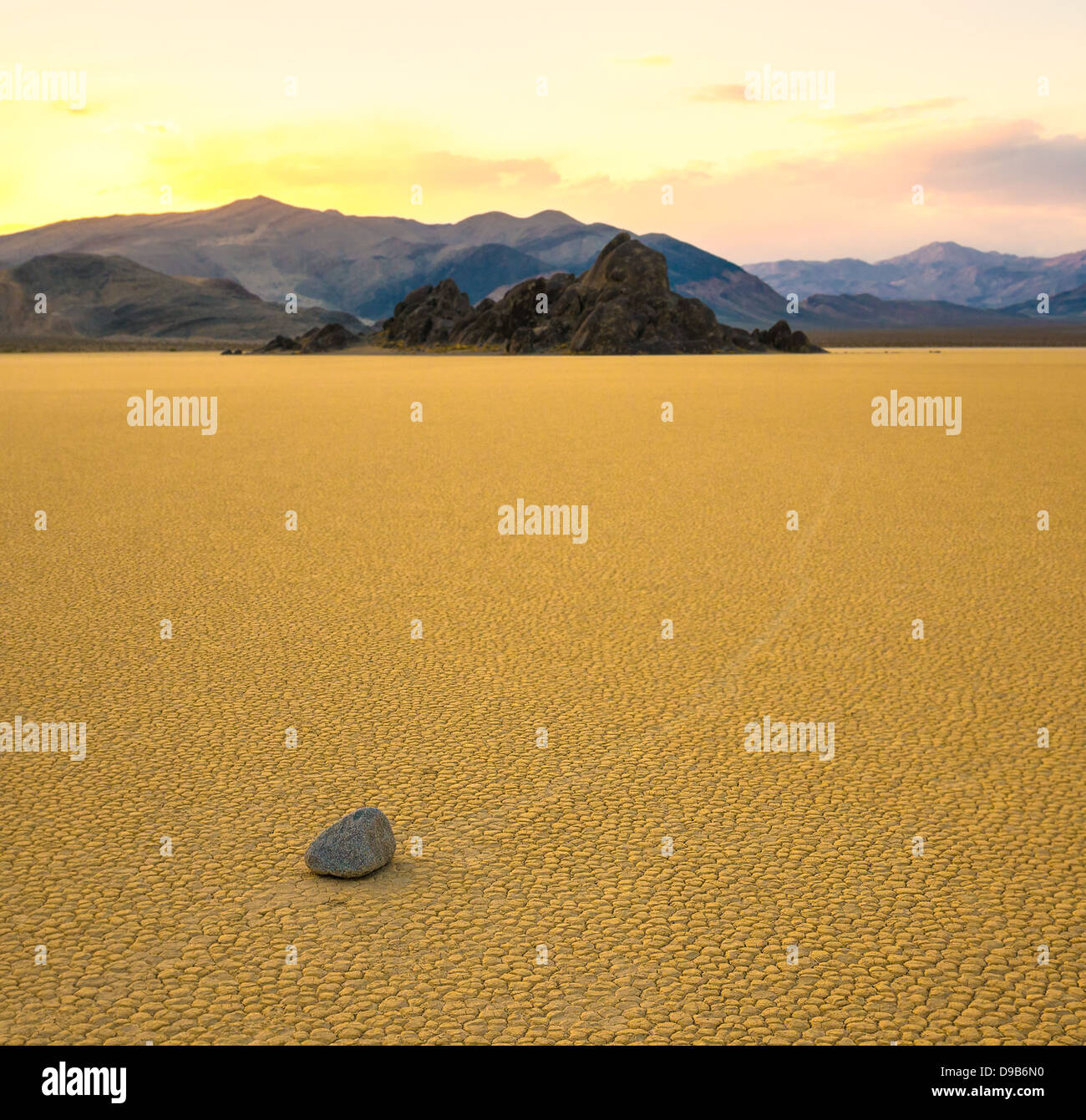 Segeln-Steinen in der Racetrack Playa, Death Valley, Kalifornien Stockbild