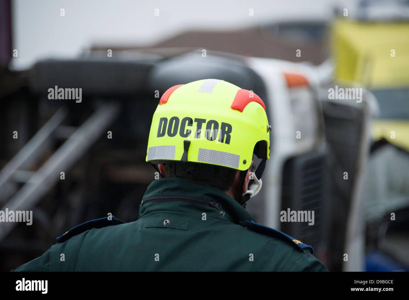 Arzt Sanitäter PPE Schutzhelm Helm Stockbild