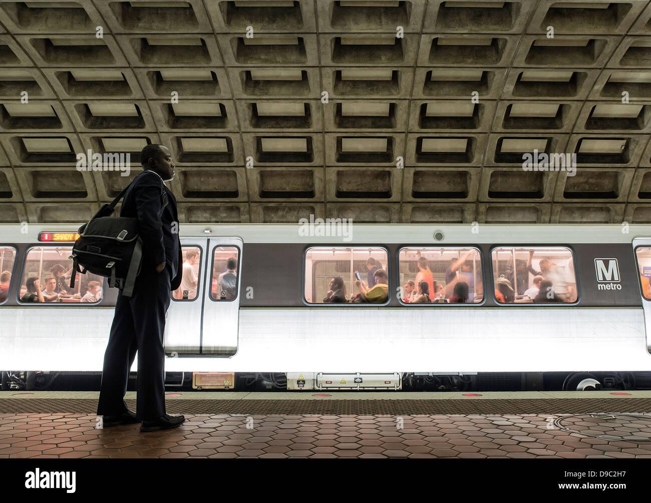 Pendler wartet für die Metro, Washington DC, USA Stockbild