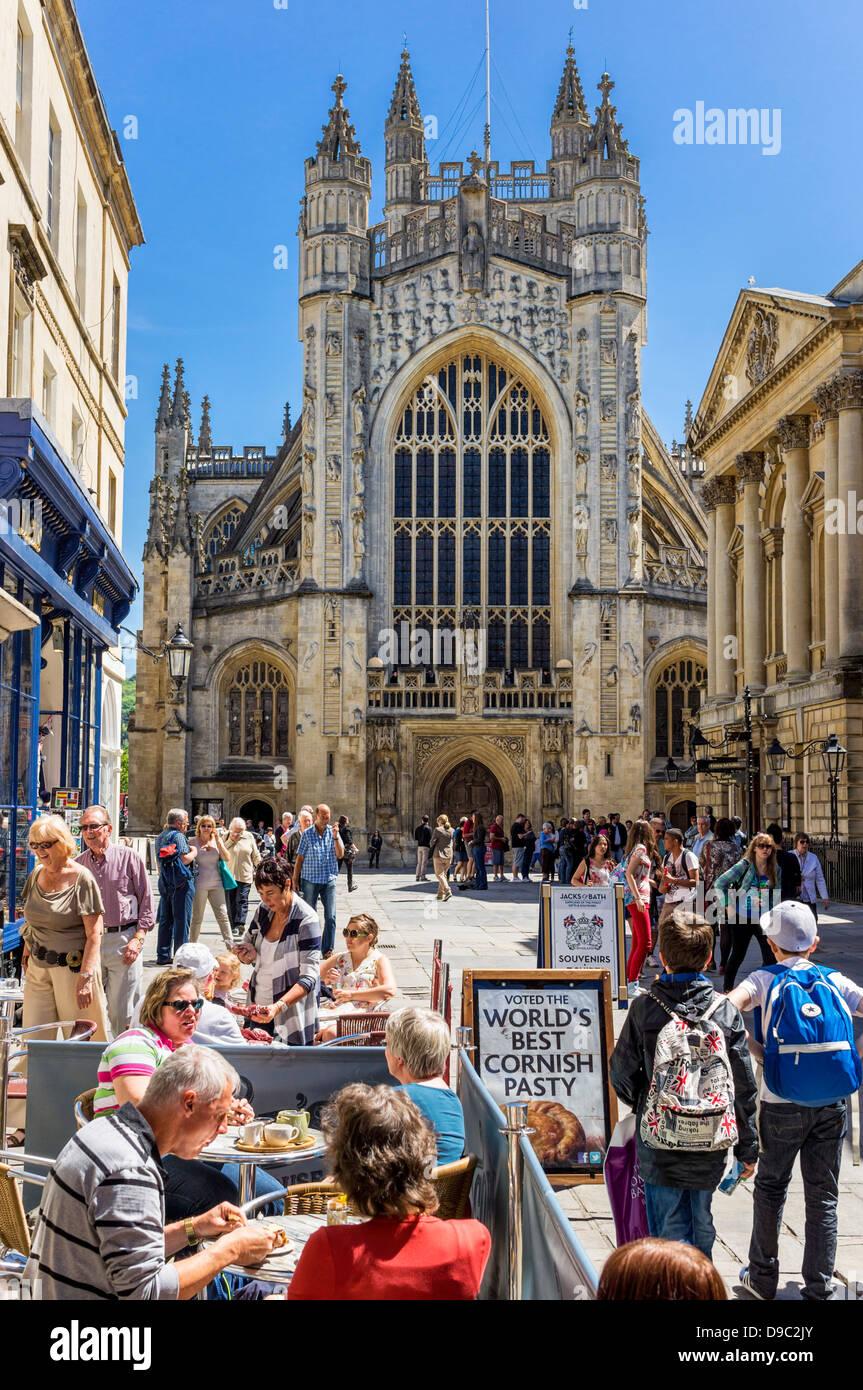 Die Abtei von Bath/Kathedrale, Bath, England, Somerset UK mit Menschen in Cafes Stockbild