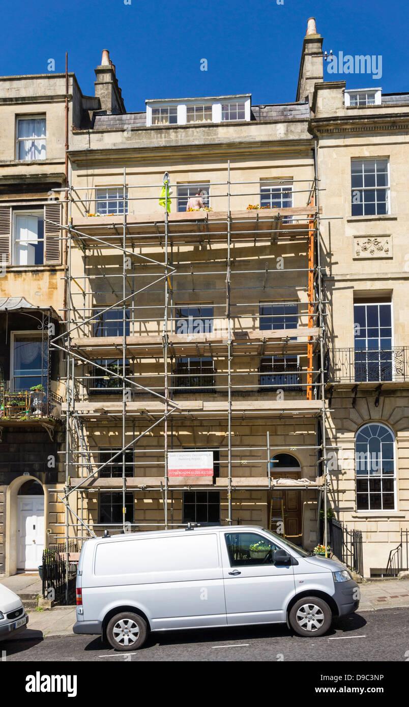 Gerüste und Bauherren van außerhalb ein altes Haus restauriert, England, UK Stockbild