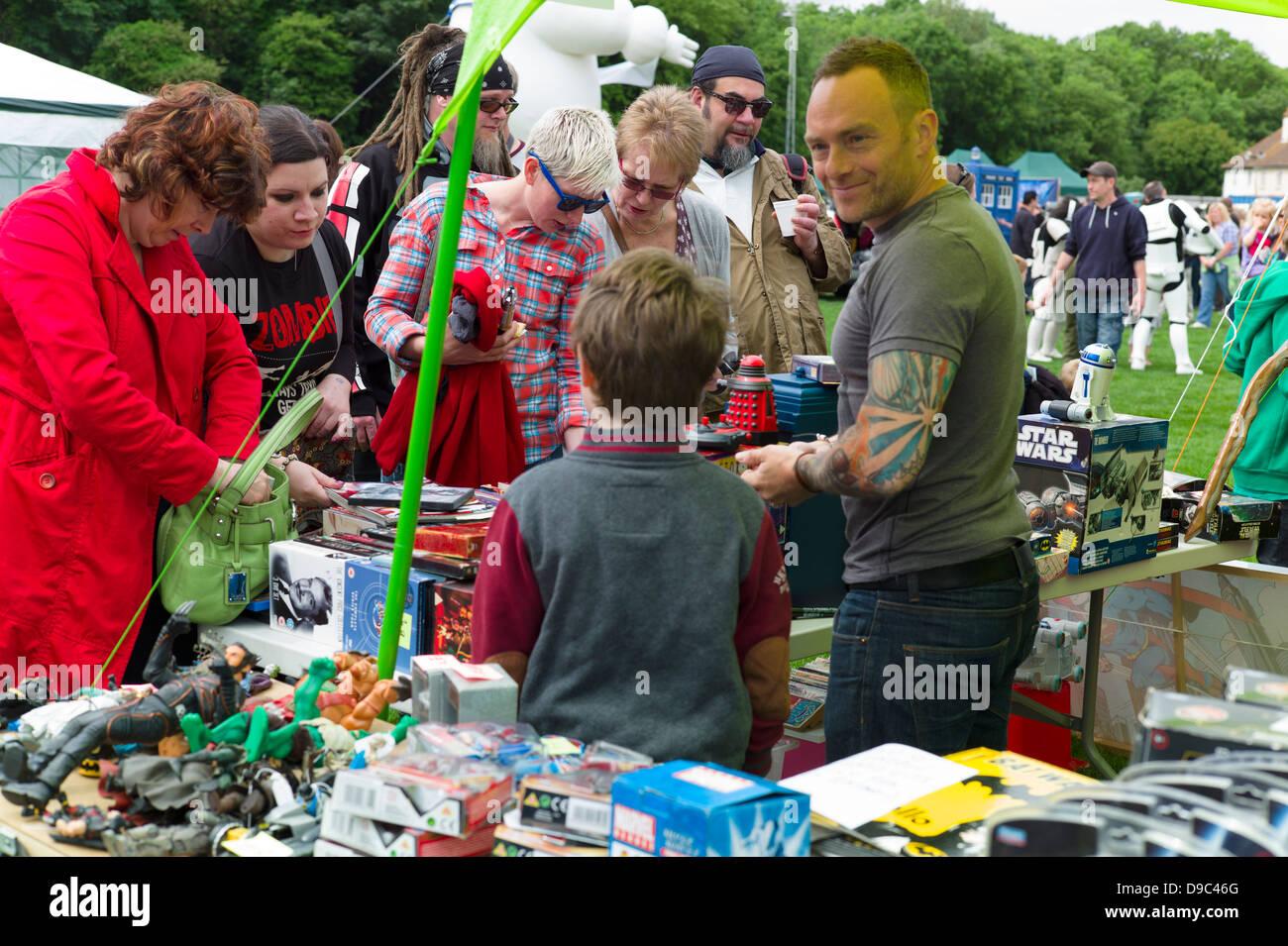 Ein Stall-Inhaber Verkauf von Science Fiction Spielzeug in Herne Bay Si-Fi durch das Meer-Ereignis Stockbild