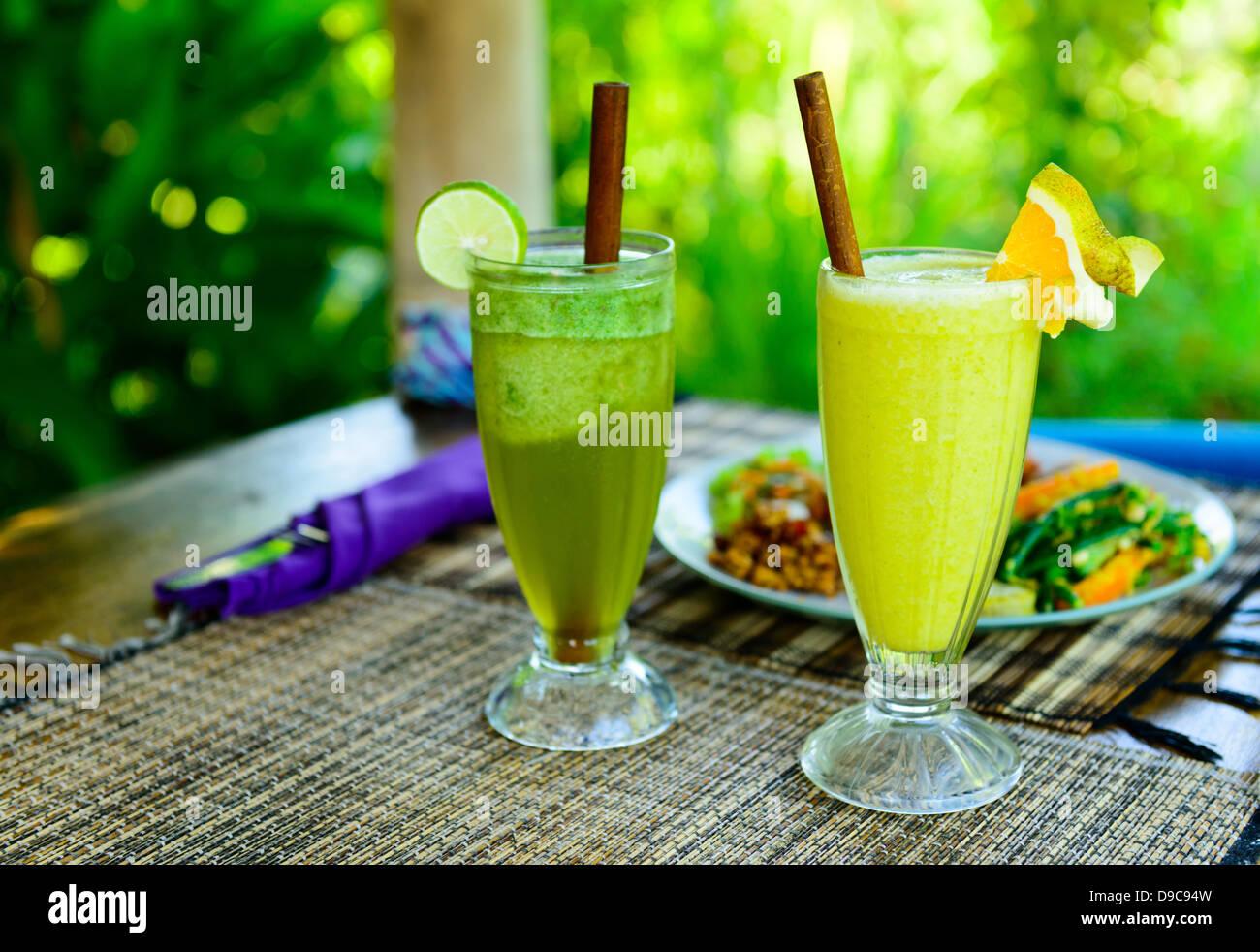 Gesunde Bio-Getränke, serviert mit traditionellen Bali Essen ...