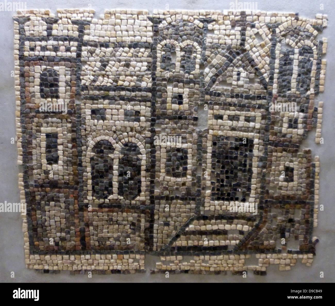 Fragment einer Mosaik Dekoration eine Kirche darstellt.  Vergleichbare Darstellungen von Gebäuden mit realistischen Stockbild