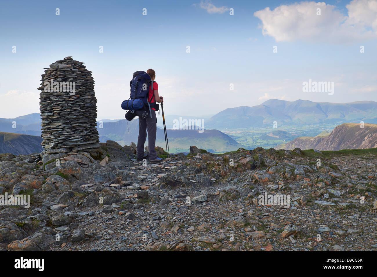 Ein Wanderer mit einem großen Rucksack auf dem Gipfel des Dale Head, Buttermere Fells im Lake District. Stockbild