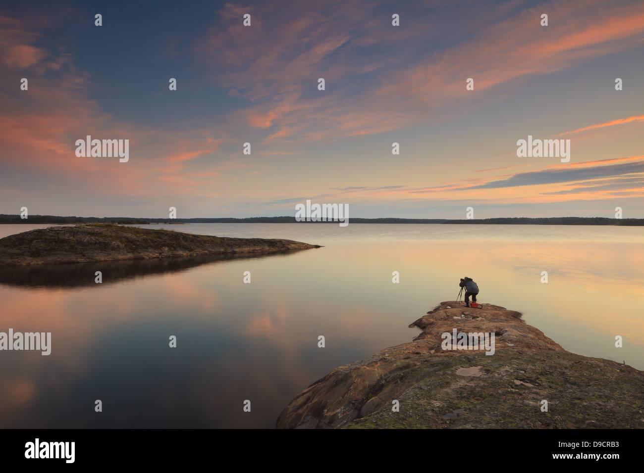 Ein Fotograf ist Fotografieren in der Dämmerung auf der Insel im See Brattholmen Råde Vansjø, Kommune, Stockbild