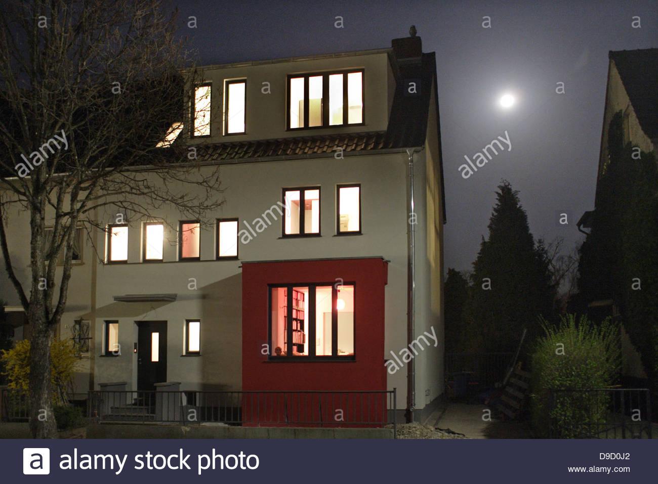 Haus leuchtet in der Nacht, Bonn, Deutschland Stockfoto