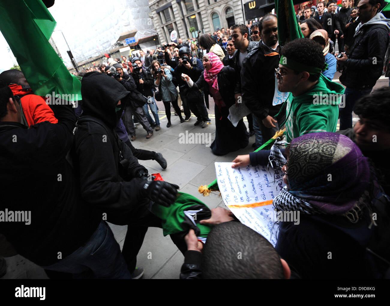 Libysche pro-Gaddafi-Anhänger attackieren gewaltsam eine Gruppe von Demonstranten, die die Flagge der libyschen Stockbild