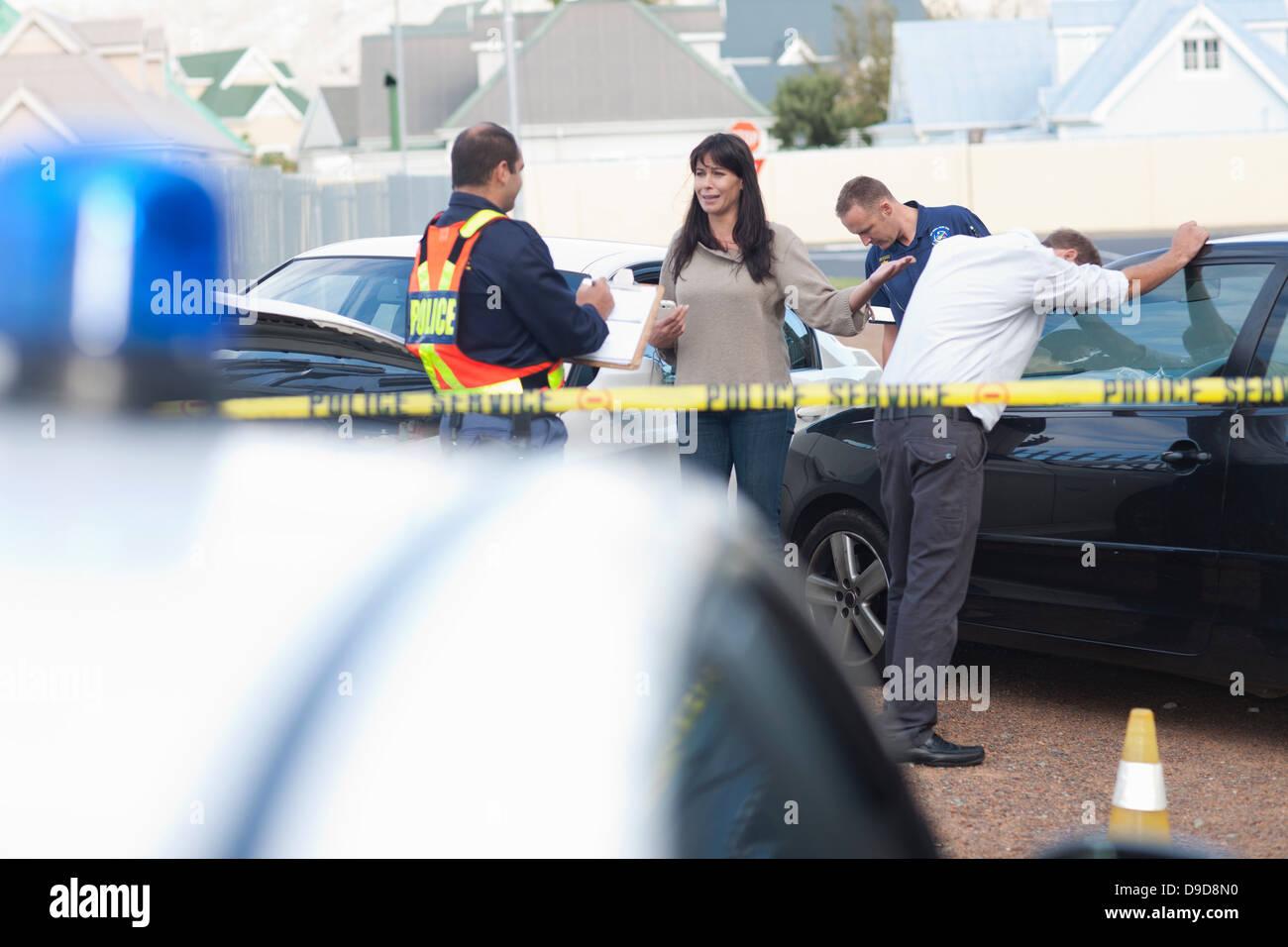 Blick auf Auto-Unfall-Szene von Taschenlampen auf Polizeiauto ...
