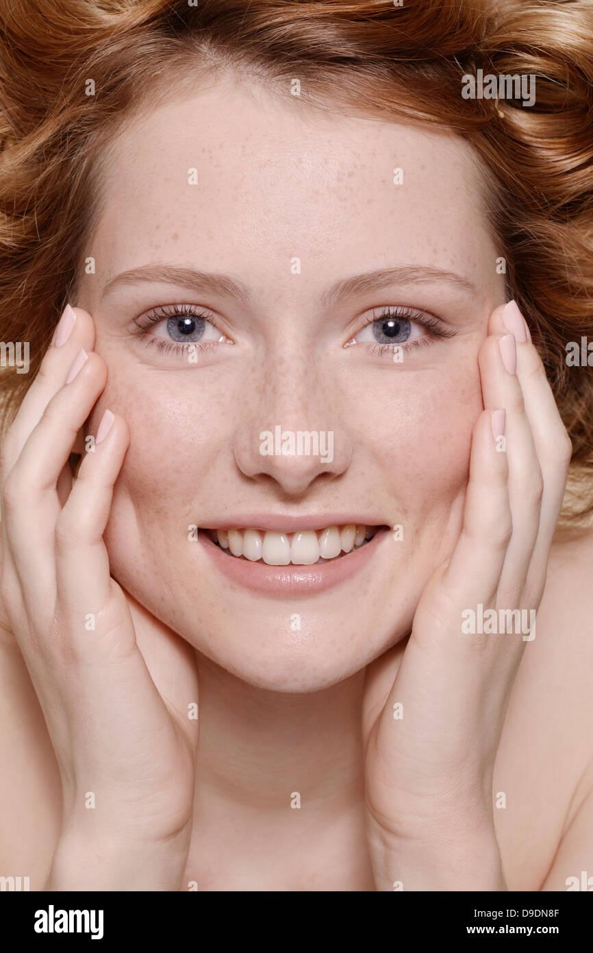 Junge Frau mit lockigen roten Haaren, Porträt Stockbild