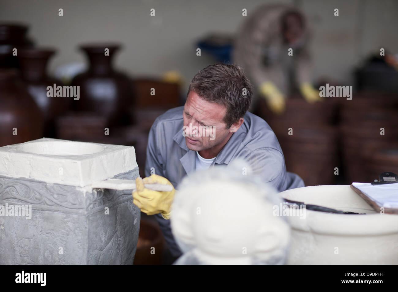 Malerei und Färbung Prozess in Keramikfabrik Stockbild
