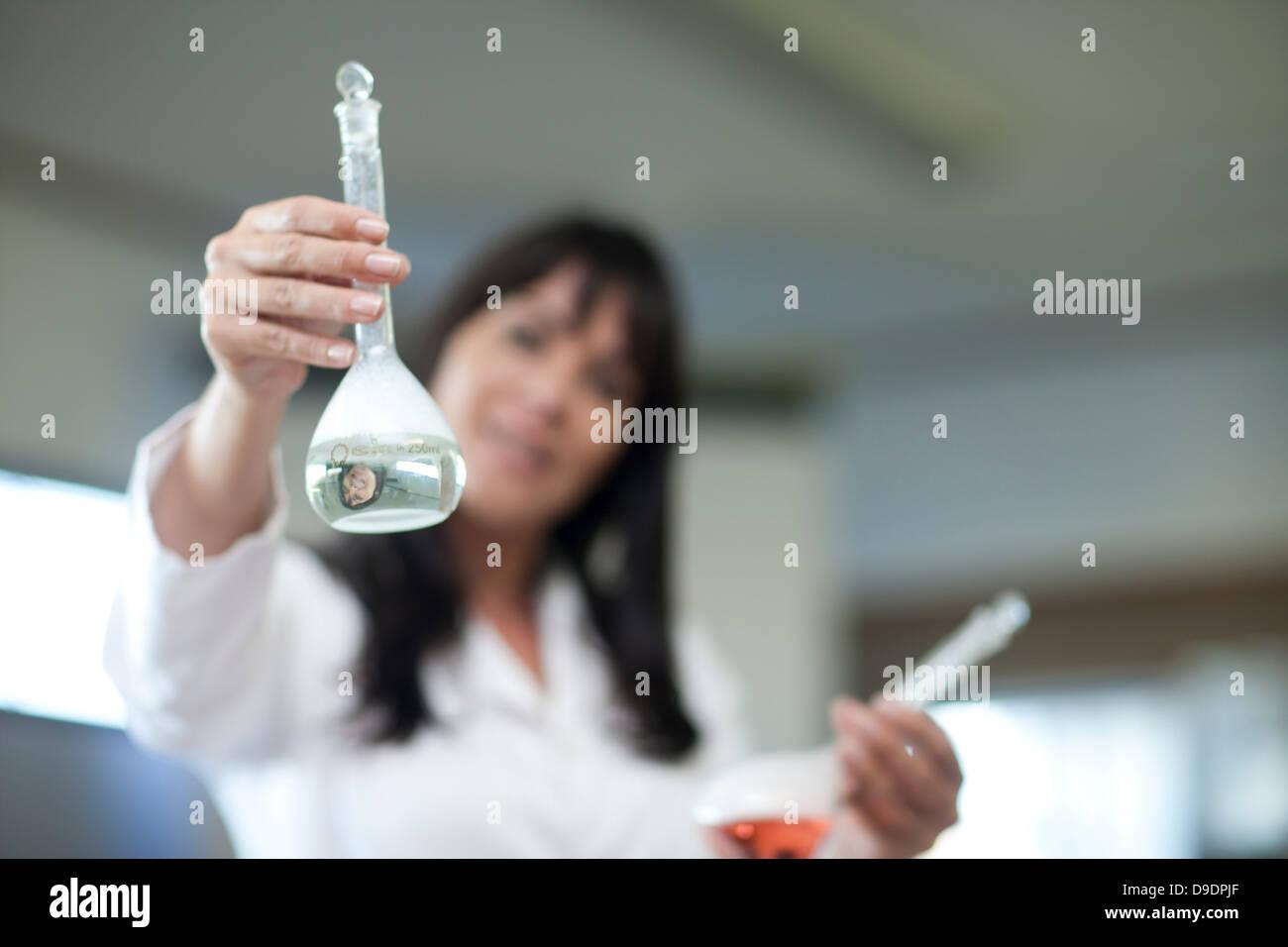 Lehrer für Naturwissenschaften in Klasse Stockbild