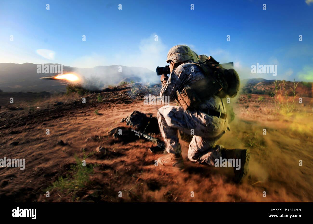 US-Marines Corps CPL. Barrett Helzer von Alpha Company, 1. Bataillon, 1. Marineregiment, 1. Marineabteilung kniet Stockbild
