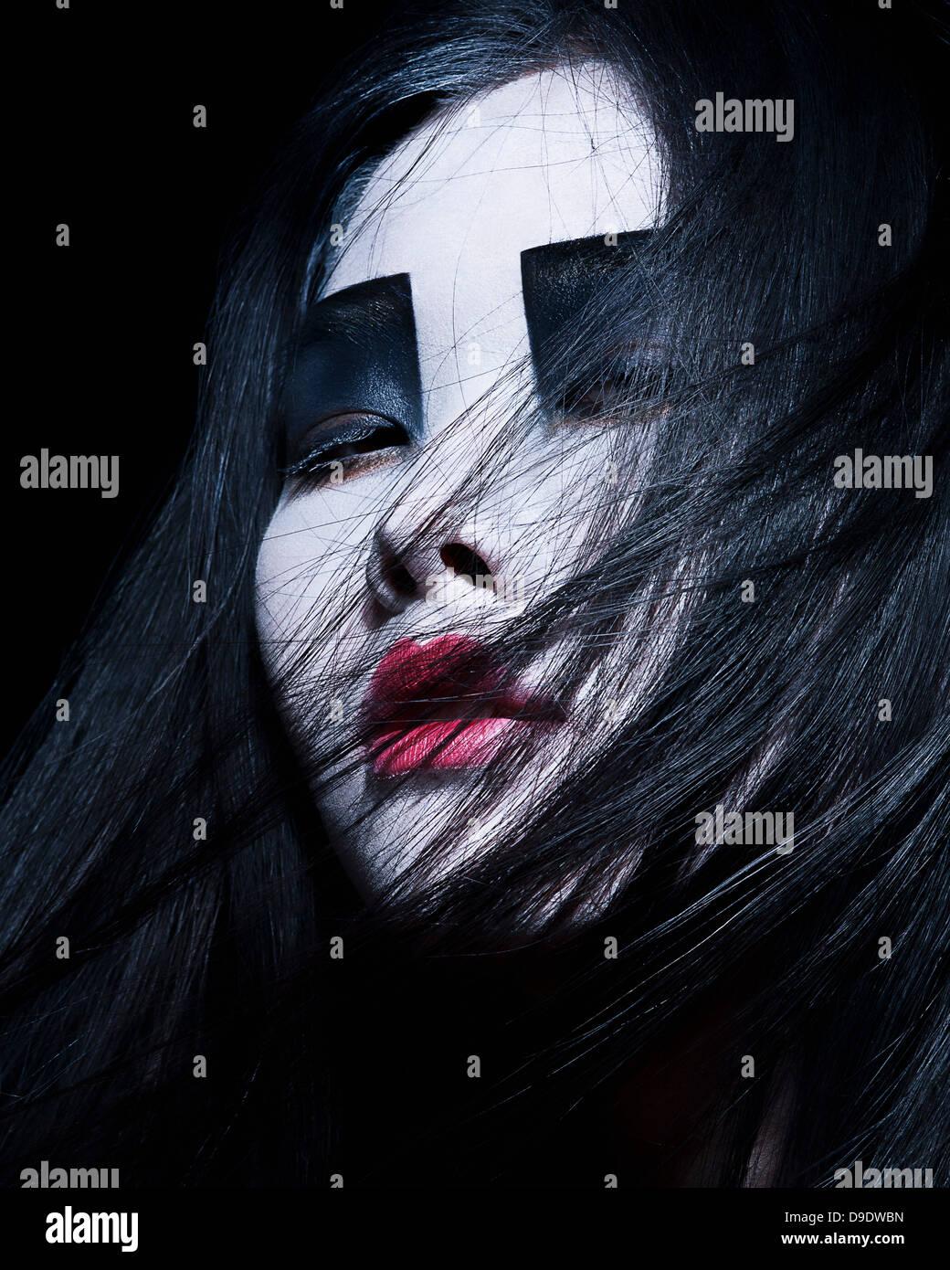 Junge Frau mit dramatischen Make-up, schwarzen Lidschatten Stockbild