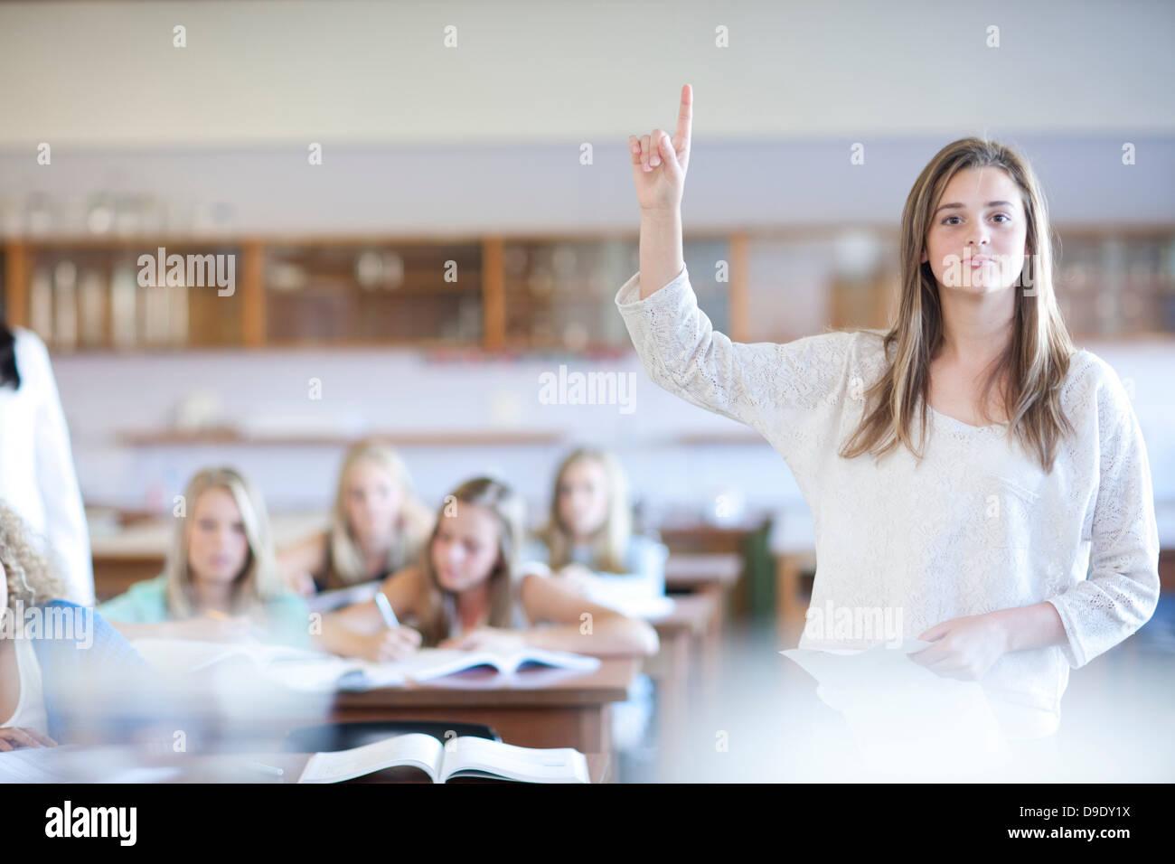 Student, aufstehen, Antwort zu geben Stockbild